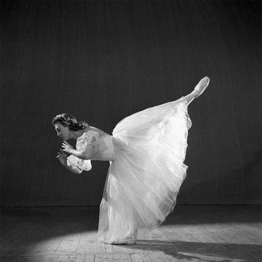 Изгибы высоких девушек в танце черно-белое
