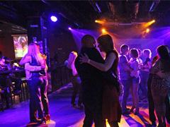Клубные танцы - как танцевать в медленном танце девушке